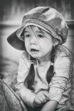 Niño triste, negro-blanco, muchacha del sufferingLittle con miedo en la cara imagenes de archivo
