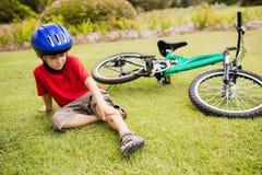 Niño triste que cae de su bici Fotografía de archivo libre de regalías