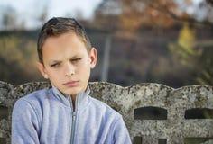 Niño triste que mira abajo Foto de archivo libre de regalías