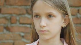 Niño triste que mira in camera, retrato infeliz de la muchacha, cara agujereada deprimida del niño almacen de video