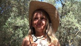 Niño turístico sonriente en Olive Orchard, el jugar de la niña al aire libre en la naturaleza 4K