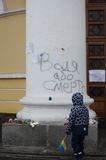 Niño ucraniano en el Maidan revolucionario Fotos de archivo libres de regalías