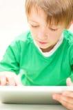 Niño usando la tableta Fotografía de archivo libre de regalías