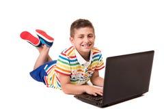 Niño usando un ordenador Imagenes de archivo