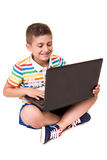 Niño usando un ordenador Fotos de archivo