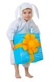 Niño vestido como conejo con un rectángulo de regalo Imágenes de archivo libres de regalías