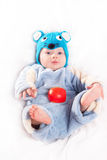 Niño vestido como ratón con queso Imágenes de archivo libres de regalías