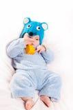Niño vestido como ratón con queso Foto de archivo libre de regalías
