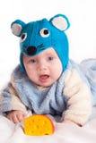 Niño vestido como ratón con queso Fotos de archivo