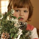Niño y árbol de navidad imagenes de archivo