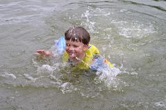 Niño y agua foto de archivo libre de regalías