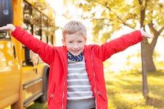 Niño y autobús escolar Imagen de archivo libre de regalías