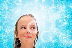 Niño y burbujas foto de archivo