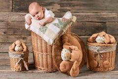 Niño y cestas, fondo de madera Foto de archivo