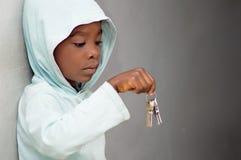 Niño y el manojo de llaves Imagen de archivo libre de regalías