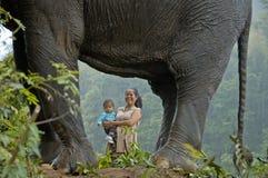 Niño y elefante de la mujer en tintineo Imagenes de archivo