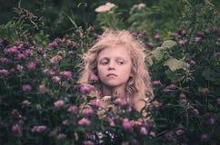 Niño y flores Fotografía de archivo