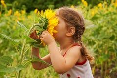 Niño y girasol Fotos de archivo libres de regalías