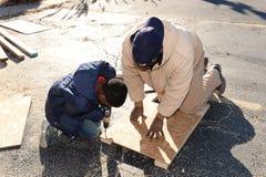Niño y hombre que trabajan para subir encima de negocio en Ferguson Imagen de archivo