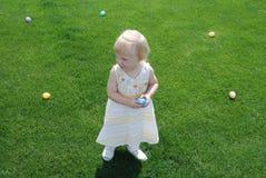 Niño y huevos de Pascua Imágenes de archivo libres de regalías