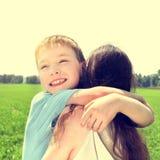 Niño y madre al aire libre Fotografía de archivo libre de regalías