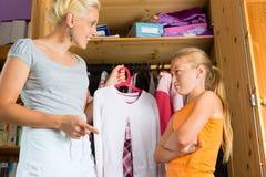 Niño y madre delante del armario imagen de archivo libre de regalías