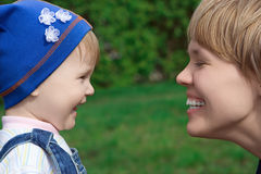 Niño y madre felices de la familia foto de archivo libre de regalías