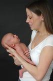 Niño y madre infantiles fotografía de archivo