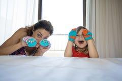 Niño y madre que juegan con los calcetines en sus manos Imagenes de archivo