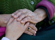 Niño y mano de las abuelas. Fotografía de archivo