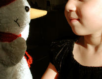 Niño y muñeco de nieve foto de archivo libre de regalías