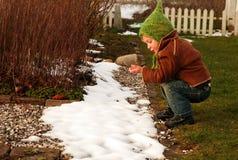 Niño y nieve Imágenes de archivo libres de regalías