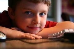 Niño y ordenador Imagen de archivo