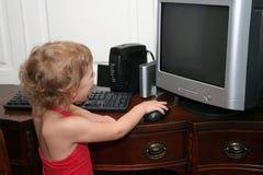 Niño y ordenador Fotos de archivo libres de regalías