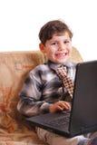 Niño y ordenador foto de archivo