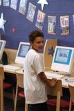 Niño y ordenadores en escuela foto de archivo libre de regalías