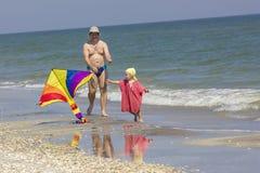 Niño y padre en el lado de mar Imágenes de archivo libres de regalías