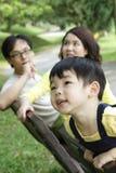 Niño y padres imagenes de archivo