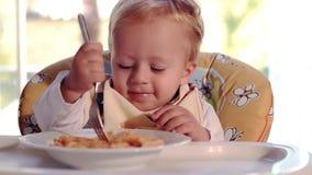 Niño y pastas almacen de metraje de vídeo