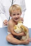 Niño y pediatra felices Imagenes de archivo