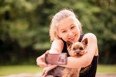 Niño y perro de Selfie Imagen de archivo libre de regalías