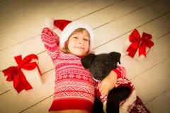 Niño y perro en la Navidad Imágenes de archivo libres de regalías