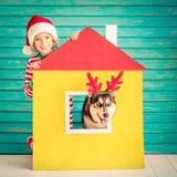 Niño y perro felices el Nochebuena Imagenes de archivo