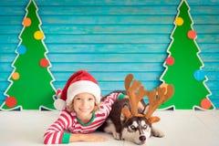 Niño y perro felices el Nochebuena Imágenes de archivo libres de regalías