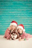 Niño y perro felices el Nochebuena Fotografía de archivo libre de regalías