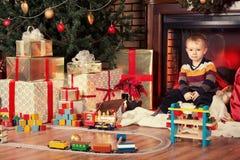 Niño y presentes Foto de archivo