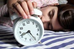 Niño y reloj de alarma Imagen de archivo