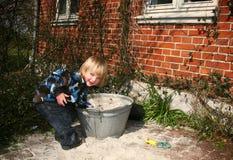 Niño y sandpit Imagen de archivo libre de regalías