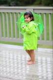 Niño y sus engranajes de la lluvia Fotografía de archivo libre de regalías