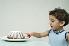 Niño y torta Imágenes de archivo libres de regalías
